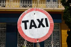 Support de taxi signalisé dans la rue Photos stock