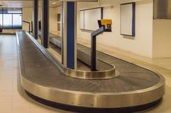 Support de transfert de bagages et bagage vide à l'aéroport de Rimini dans l'AIE images libres de droits