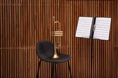 Support de trompette, de chaise et de note avec des feuilles de musique image libre de droits