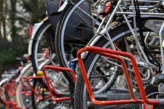 Support de vélo outre du blanc rouge-clair de noir de pneus de Grond photographie stock