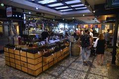 Support de vins sur le marché célèbre de nourriture de Sarona Photographie stock libre de droits