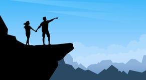 Support de voyageuse de femme d'homme de couples de silhouette sur le fond de Cliff Trackers Hickers Over Natural de montagne Image stock