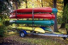 Support des canoës colorés sur une remorque images stock