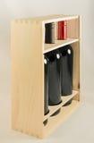 Support en bois avec trois bouteilles de vin images libres de droits