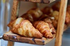 Support en bois de croissants images libres de droits