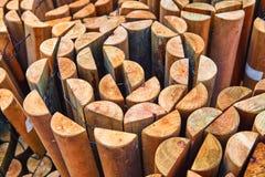 Support en bois pour des fleurs en serre chaude photo libre de droits