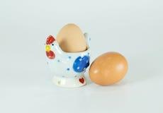 Support en céramique d'oeufs de poulet mignon d'isolement Images libres de droits