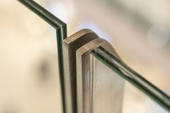 Support en métal avec le montage pour triple en verre image libre de droits
