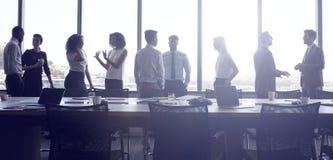 Support et causerie d'hommes d'affaires avant de se réunir dans la salle de réunion images stock