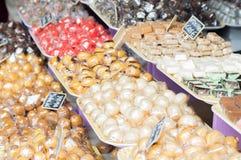 Support et chocolats de sucrerie sur le marché Photos stock