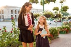 Support et entretien de deux soeurs d'enfants ensemble Photographie stock