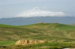 Support l'Etna et ferme sur la côte Image stock