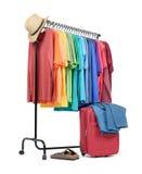 Support mobile avec des vêtements colorés et une valise sur le fond blanc Le fichier contient un chemin à l'isolement Photos stock
