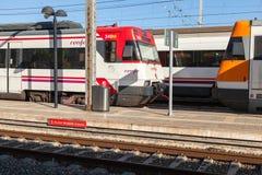 Support moderne de trains électriques de passager sur la gare ferroviaire Photos stock