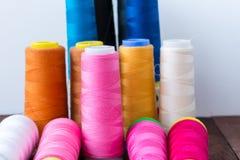 Support multicolore de fil de couture sur le fond blanc Images libres de droits