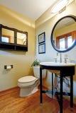 Support noir et blanc moderne de lavabo avec l'étagère en verre Photographie stock libre de droits