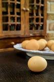 Support ou meuble de rangement d'épice en bois de vintage de fermes avec frais par exemple photographie stock