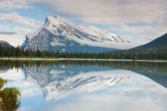 Support Rundle et lac vermeil, Canada Images stock