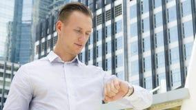 Support sûr d'homme d'affaires futées à l'espace public extérieur W Photographie stock libre de droits