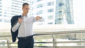 Support sûr d'homme d'affaires futées à l'espace public extérieur W Photos stock
