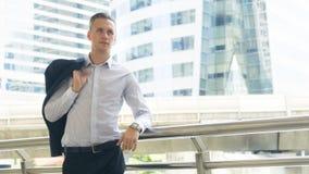 Support sûr d'homme d'affaires futées à l'espace public extérieur W Photographie stock