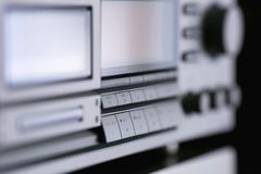 Support stéréo audio de vintage avec le récepteur de plate-forme d'enregistreur à cassettes et le s photos libres de droits