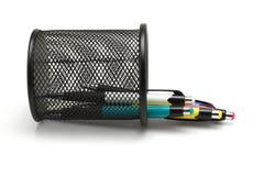 Support tombé débordé de stylos à bille photographie stock libre de droits