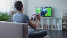 Supporter av den hållande ögonen på leken för fotbolllag på tvhem som är olycklig med matchresultat stock video