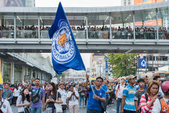 Supportern vinkar flaggan för den Leicester staden FC, medan vänta på ståta Fotografering för Bildbyråer