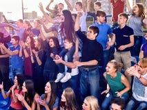 Supporters battant et chantant sur des tribunes Photo stock