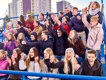 Supporters battant et chantant sur des tribunes Photos stock