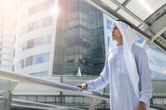 Supporti arabi e sguardo dell'uomo in avanti allo spazio all'aperto della città a mornin Fotografie Stock Libere da Diritti