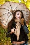 Supporti castana con un ombrello in sua mano Fotografie Stock