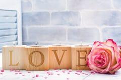 Supporti di candela di legno romantici con le maniglie brucianti del tè Cartolina d'auguri di giorno dei biglietti di S Fotografie Stock Libere da Diritti