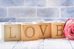 Supporti di candela di legno romantici con le maniglie brucianti del tè Cartolina d'auguri di giorno dei biglietti di S Immagine Stock Libera da Diritti