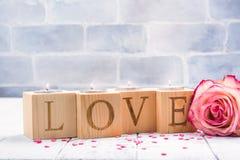 Supporti di candela di legno romantici con le maniglie brucianti del tè Cartolina d'auguri di giorno dei biglietti di S Immagine Stock