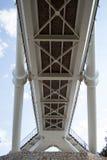 Supporti di un ponte di legno e di un metallo sui supporti di pietra fotografia stock