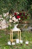 Supporti moderni con le disposizioni dei fiori per una cerimonia di nozze immagine stock libera da diritti