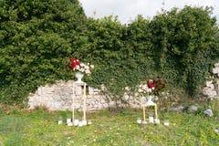 Supporti moderni con le disposizioni dei fiori per una cerimonia di nozze fotografie stock libere da diritti