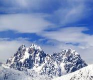 Supporti Ushba e Chatyn e cielo blu con le nuvole in vento di inverno Fotografia Stock