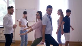 Supportiveness, potomstwo drużyna wykonuje ćwiczenie wpólnie i wtedy oklaskuje indoors na grupowej terapii zdjęcie wideo