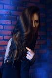 Supporto alla moda della ragazza vicino al muro di mattoni Fotografia Stock