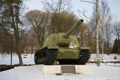 Supporto automotore ISU-152 - un monumento dell'artiglieria in onore della liberazione di Priozersk durante la grande guerra patr Immagini Stock