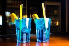 Supporto blu-chiaro dei cocktail sulla tavola Immagini Stock Libere da Diritti