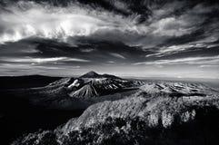 Supporto Bromo sotto il cielo nuvoloso Fotografie Stock