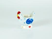 Supporto ceramico dell'uovo del pollo sveglio isolato Immagine Stock