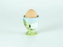 Supporto ceramico dell'uovo dell'azienda agricola sveglia isolato Fotografia Stock