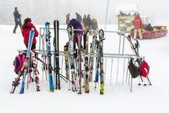 Supporto con gli sci ed i pali immagini stock