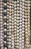 Supporto con le nuove collane delle perle Immagine Stock