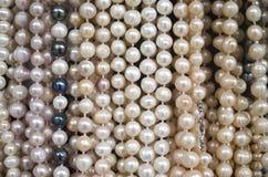 Supporto con le nuove collane delle perle Immagini Stock